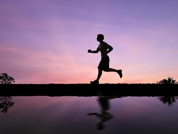 Silhouet man joggen met twilight hemelachtergrond