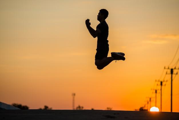 Silhouet man runner met vintage licht sport en actieve leven concept
