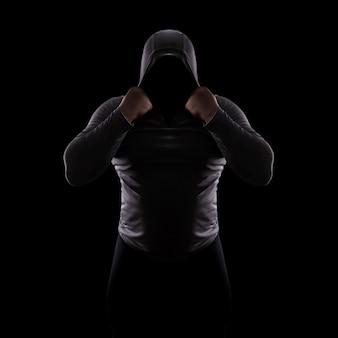 Silhouet mannelijke strijdclub in een kap zonder gezicht