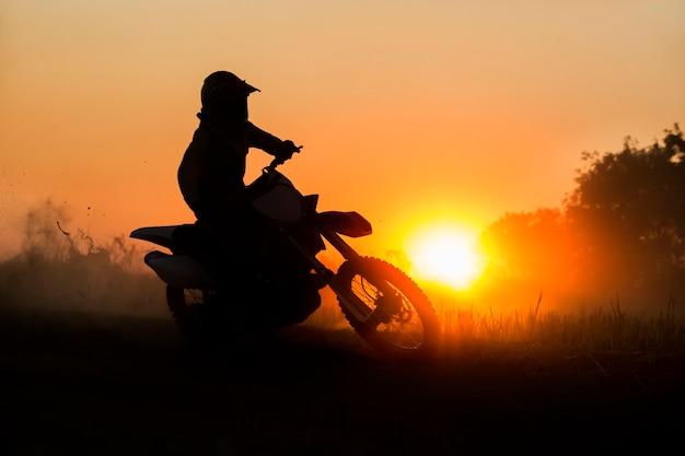 Silhouet motorcross snelheid op de rails