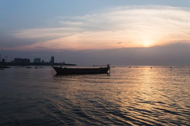 Silhouet oude boot zee zonsondergang