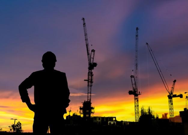 Silhouet supervisor bouwconstructie bar op de bouwplaats en industrieel concept