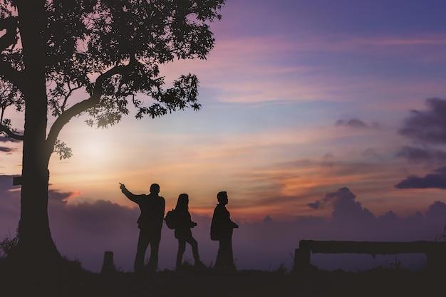 Silhouet toerist plezier maken