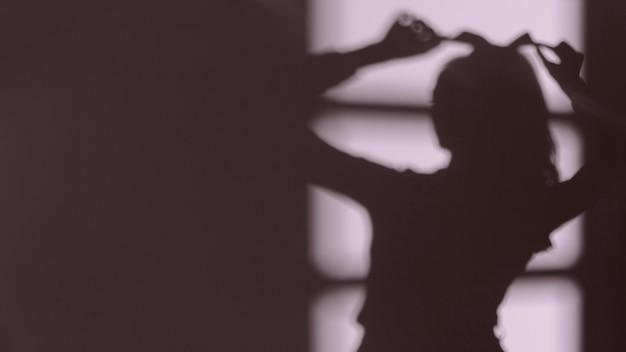 Silhouet van bevallige vrouw die thuis ontspant