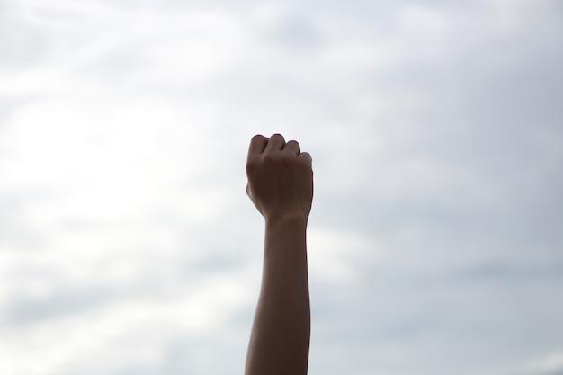 Silhouet van christelijke gebeden die de hand opsteken tijdens het bidden tot god