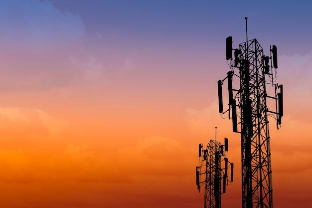 Silhouet van communicatie toren met schemering hemel met ruimte voor tekst