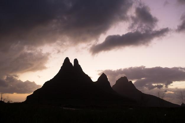 Silhouet van de bergketen