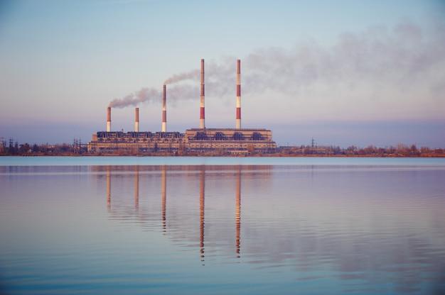 Silhouet van de elektrische centrale van de gasturbine