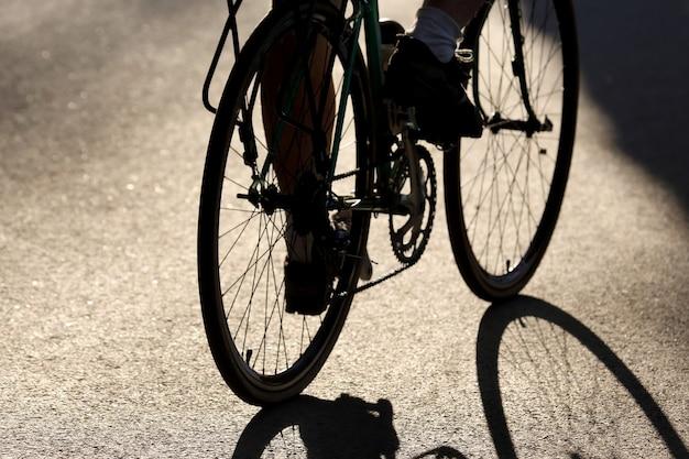 Silhouet van de fietser rijden