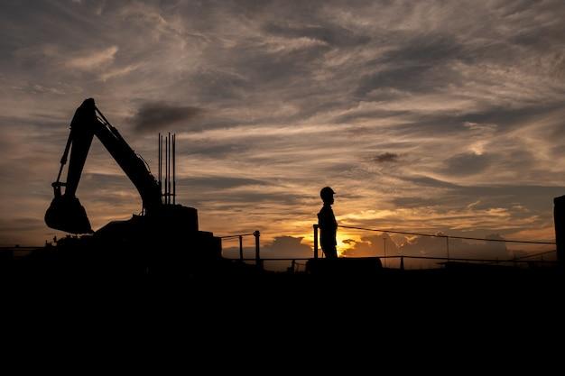 Silhouet van de groep werknemers die op een bouwplaats werken.