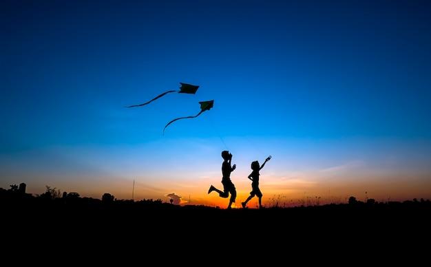 Silhouet van de jongen en het meisje