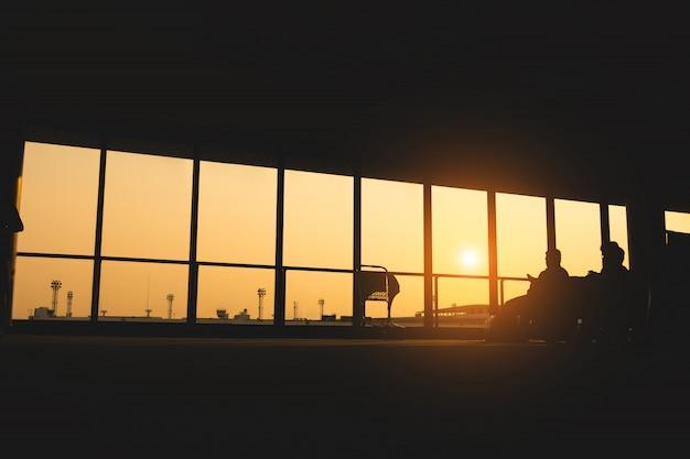 Silhouet van de luchthaven en mensen voor achtergrond.