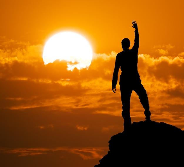 Silhouet van de mens bovenop montain