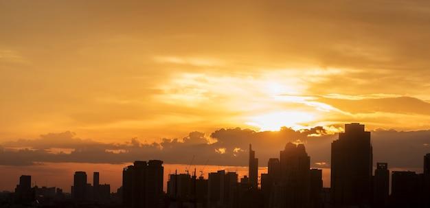 Silhouet van de stad met de lucht op zonsondergang, bangkok, thailand