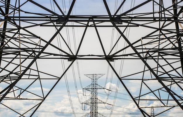 Silhouet van de structuur van de hoogspannings elektrische pool