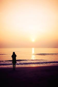 Silhouet van de vrouw op het strand