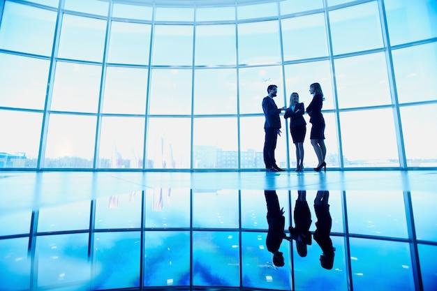Silhouet van drie topmannen in het kantoor