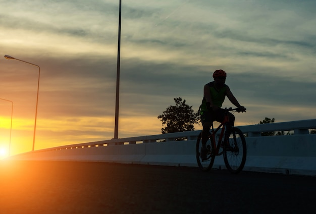 Silhouet van een fiets op de hemelachtergrond bij zonsondergang