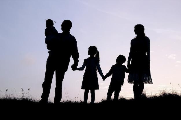 Silhouet van een gelukkig gezin met kinderen op de natuur