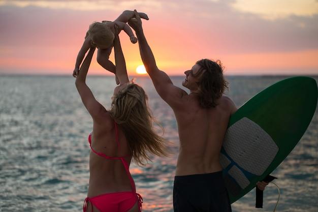 Silhouet van een gelukkige familie bij zonsondergang