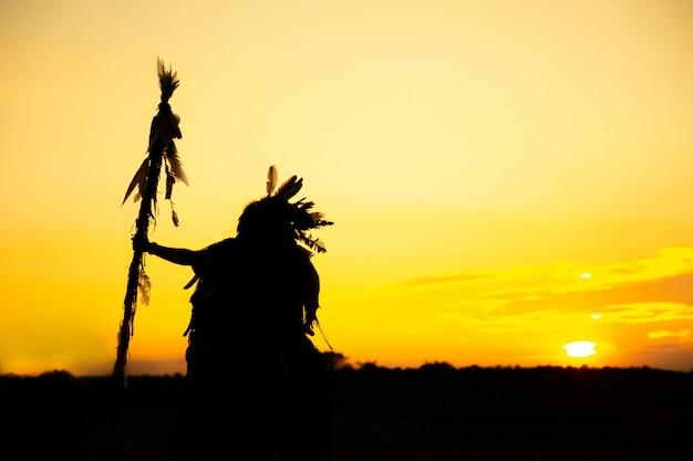 Silhouet van een indiase man bij zonsondergang
