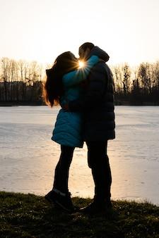 Silhouet van een liefdevol paar in het park