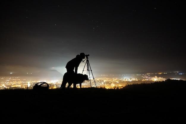Silhouet van een man een hond