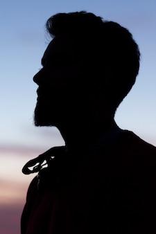 Silhouet van een man in een blauwe kristalhemel