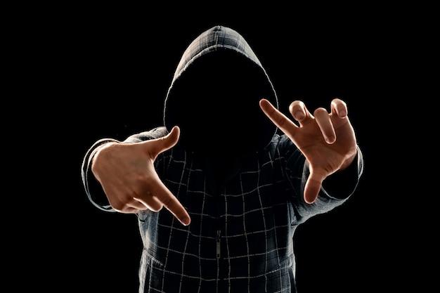 Silhouet van een man in een kap op een zwarte achtergrond
