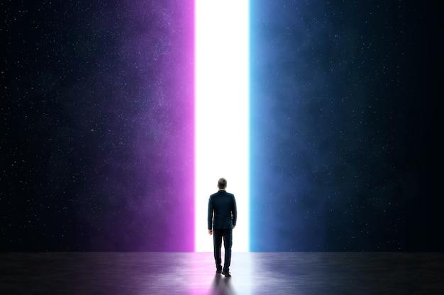 Silhouet van een man in een pak voor een gloeiend neonportaal