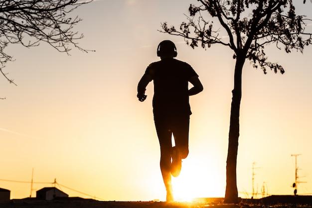 Silhouet van een man loopt.