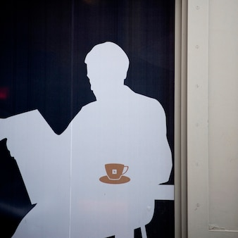 Silhouet van een mens in koffievenster in de stad van manhattan, new york, de vs