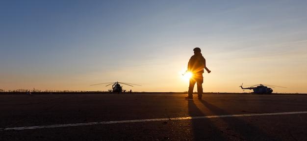 Silhouet van een militaire man