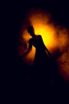 Silhouet van een mooi meisje in de vlam van vuur