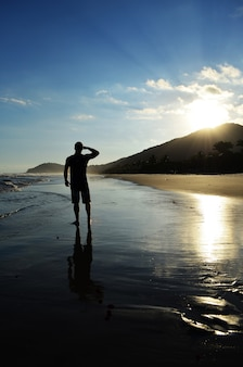 Silhouet van een persoon die op het strand in het zuiden van brazilië