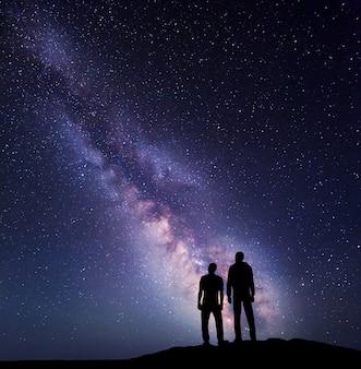 Silhouet van een vader en zoon in de nacht