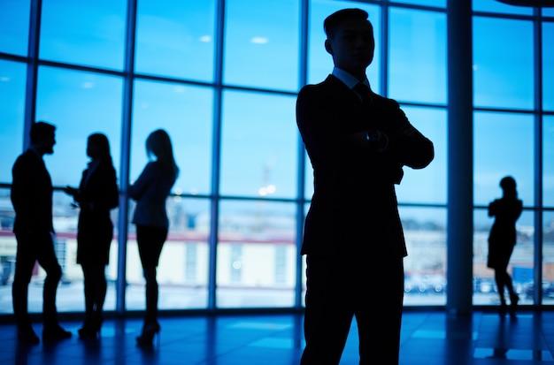 Silhouet van een zelfverzekerde man in het kantoor