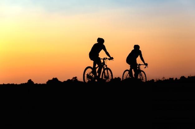 Silhouet van fietser in beweging op de achtergrond van de prachtige zonsondergang