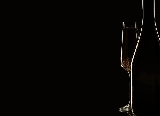 Silhouet van fles en glazen champagne op zwarte achtergrond