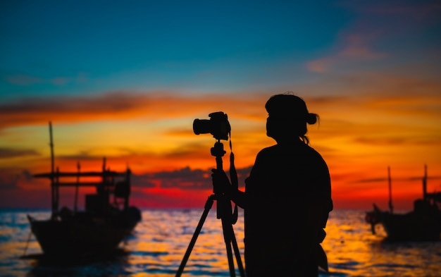 Silhouet van fotograaf met zonsondergangtijd.