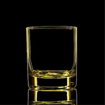 Silhouet van gele sterke drank klassiek glas met uitknippad op zwarte achtergrond.