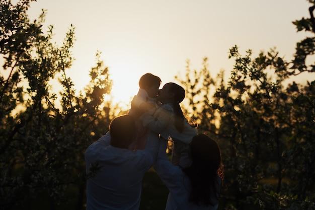 Silhouet van gelukkig gezin met kinderen