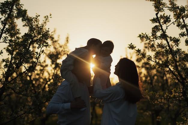 Silhouet van gelukkige familie