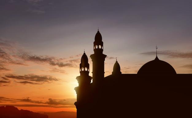 Silhouet van grote moskee met hoge minaret