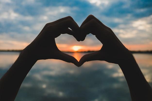 Silhouet van hart gemaakt met de hand