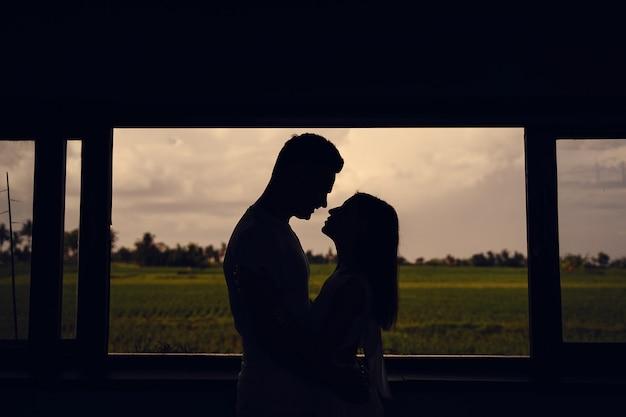 Silhouet van het paar op zonsondergang achtergrond