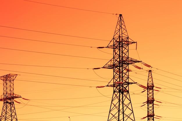 Silhouet van high-power pylonen met avondlicht, met avondrood zicht.