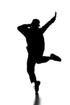 Silhouet van hip hop danser vertoont enkele bewegingen.