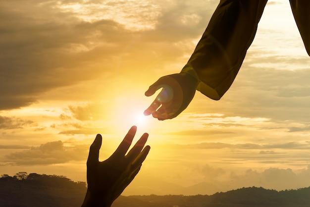 Silhouet van jezus die helpende hand geeft