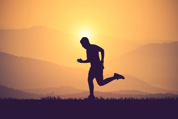 Silhouet van jogger in zonsondergang. vintage kleur